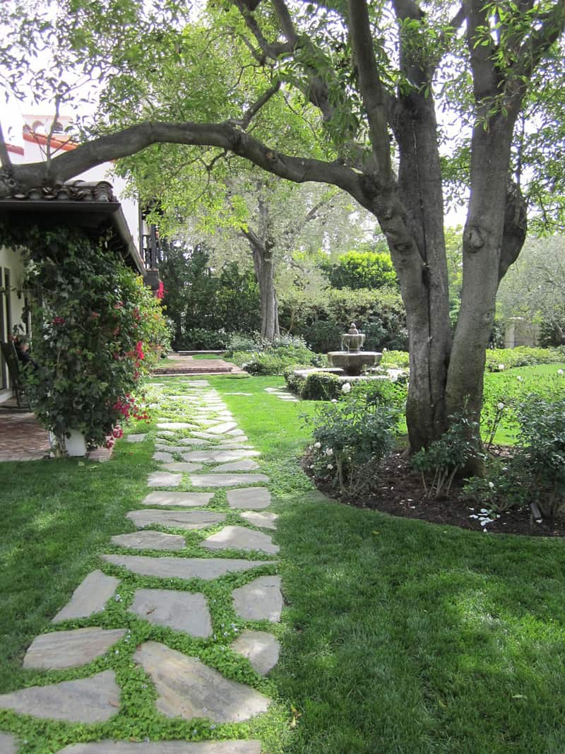 What an easy way to create a path to your front door, even when you have a grassy front lawn! This stone grass path is both beautiful and practical!