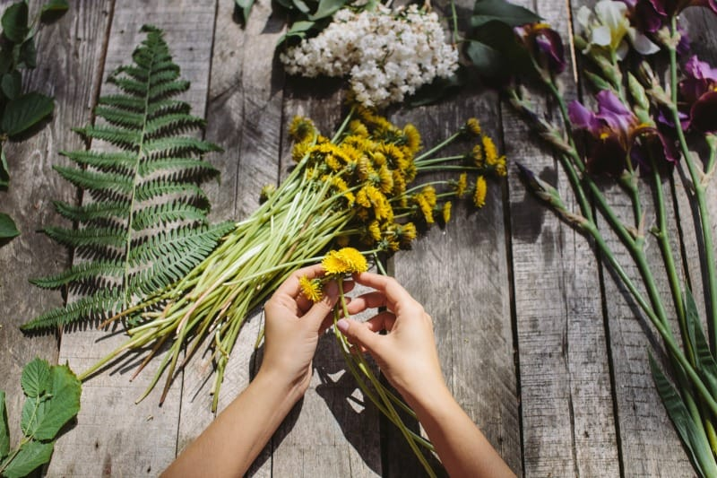 Making a dandelions wreath
