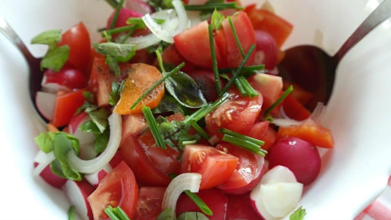 Tomato salad with onions and parsley