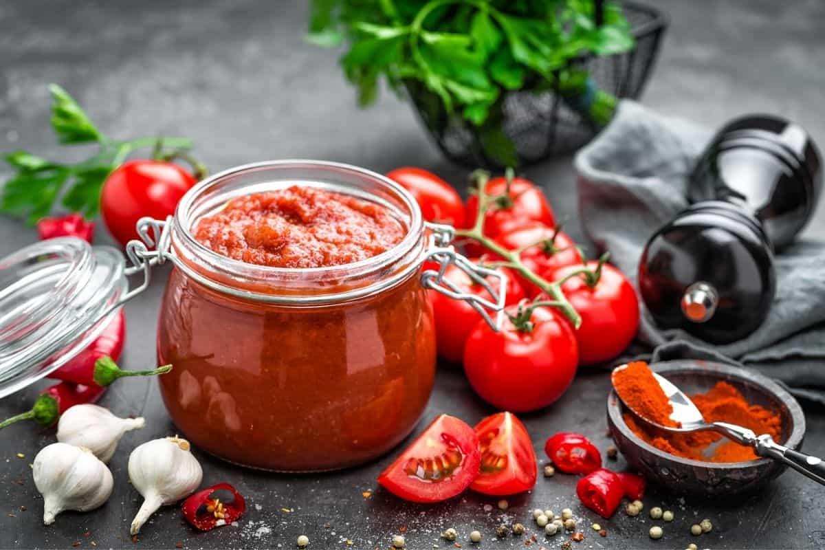 um pote de molho de tomate